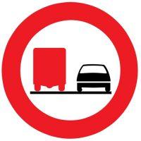 Ceļa zīme - Nr. 321 Kravas automobiļiem apdzīt aizliegts