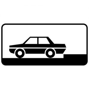 Ceļa zīme - Nr. 832 Transportlīdzekļa novietojuma veids stāvvietā