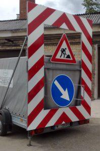 Vertikālais ceļu remonta brīdinājuma vairogs