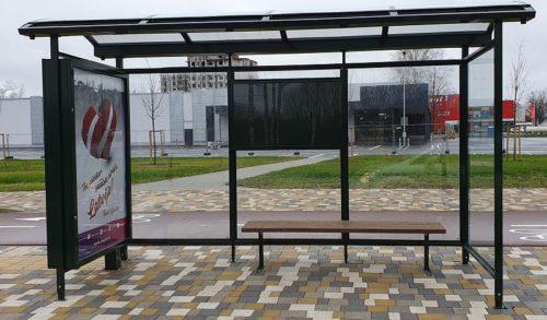 Autobusu pieturvietu nojume ar stiklu un gaismas kasti